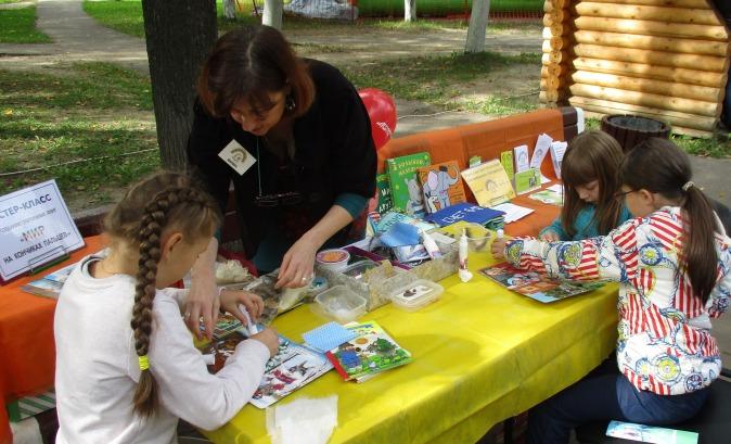 Дети изготавливают книги